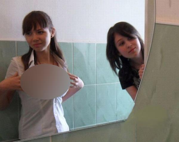 eleva si-a pozat sanii in toaleta scolii